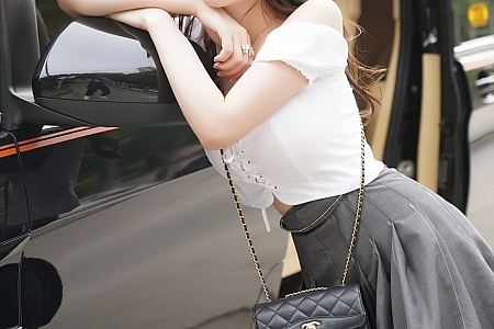 XiuRen第2408期_女神糯美子Mini商务车车拍主题性感短裙秀火辣身材诱惑写真71P