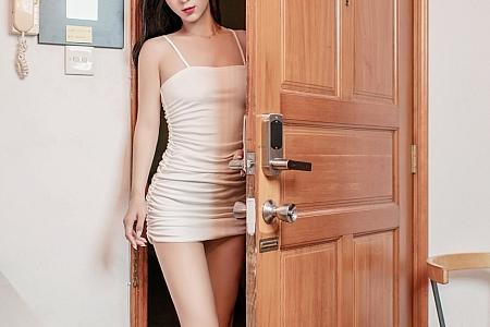 XiuRen第2673期_嫩模小蛮妖Yummy酒吧撩白色吊带裙露开档肉丝裤袜撩人诱惑写真45P