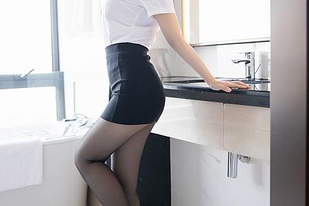 [XiaoYu画语界]Vol.430_嫩模豆瓣酱经典职场秘书OL主题半脱黑丝裤袜露翘臀诱惑写真62P