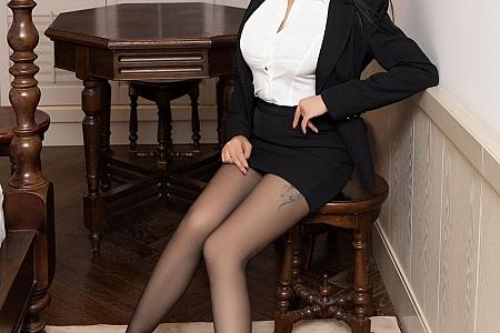 XiuRen第2978期_嫩模果儿Victoria杭州旅拍职场秘书制服白衬衫配黑短裙半脱诱惑写真58P