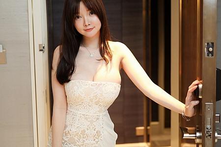 XiuRen第3033期_女神糯美子Mini楼梯间低胸白色连衣裙半撩露豪乳翘臀诱惑写真66P