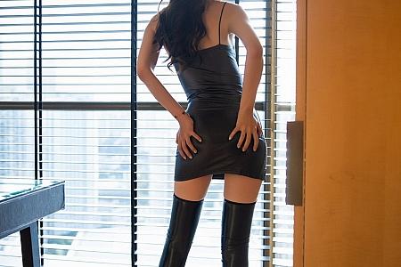 XiuRen第3104期_嫩模梦心月心愿旅拍百叶窗下脱皮质吊裙秀性感美背迷人诱惑写真56P