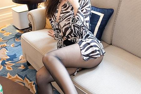 XiuRen第3116期_女神王雨纯厦门旅拍轻薄斑马条纹衬衫配魅惑黑丝完美诱惑写真60P