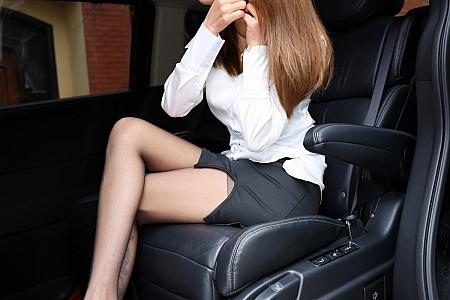 XiuRen第3185期_嫩模夏西CiCi商务车车拍主题黑短裙下开档黑丝裤袜秀翘臀诱惑写真60P