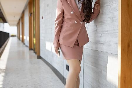 XiuRen第3202期_嫩模徐安安三亚旅拍粉色职场制服半脱露肉丝裤袜迷人诱惑写真72P