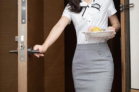 XiuRen第3307期_嫩模唐安琪酒店宾客服务主题床上露黑色内衣配黑丝裤袜诱惑写真55P