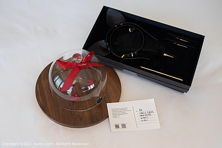 XiuRen第3560期_嫩模鱼子酱Fish鱼鱼的礼物主题私房真空白衬衣惹火诱惑写真76P