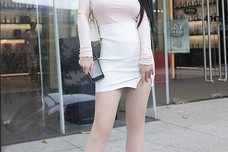 XiuRen第3654期_模特美七Mia澳门旅拍粉色服饰配开档肉丝秀豪乳半球诱惑写真75P