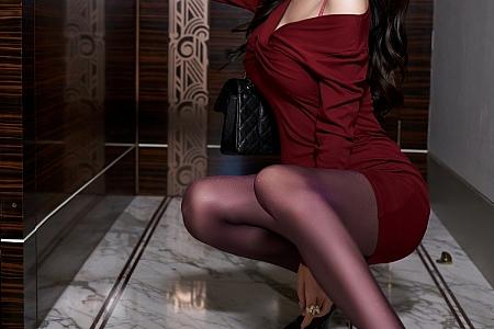 XiuRen第3686期_女神周于希Sandy猩红连身裙半脱露性感内衣秀丰满身材诱惑写真66P