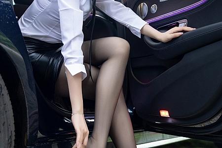 [XiaoYu画语界]Vol.576_女神芝芝Booty山涧戏水主题白衬衣配皮短裙露黑丝裤袜诱惑写真83P