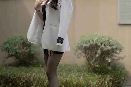 XiuRen第3763期_女神芝芝Booty床上半脱露黑色丁字裤秀翘臀美腿完美诱惑写真98P