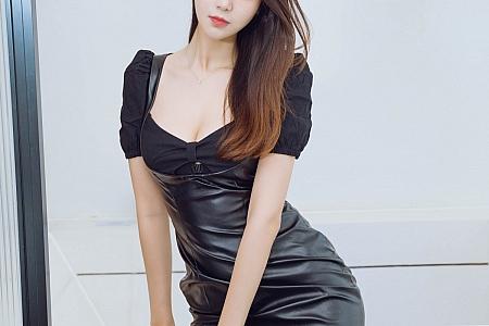 XiuRen第3858期_模特可乐Vicky私房经典黑皮裙配黑丝裤袜秀美腿迷人诱惑写真52P